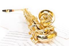 Saxofón del alto que pone en las notas musicales Foto de archivo