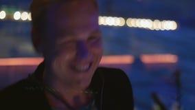 Saxofón del juego del hombre en partido en club nocturno Rendimiento holidays cheering danza metrajes