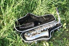 Saxofón en caso de que Imagenes de archivo