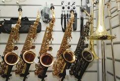Saxofón en la tienda de la música de fondo Imagen de archivo