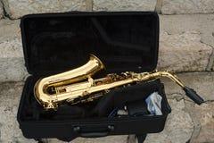 Saxofón en una caja Imágenes de archivo libres de regalías