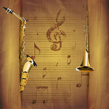 Saxofón musical del fondo y hojas musicales viejas de la trompeta Fotos de archivo
