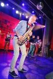 Saxofón a solas Genios jovenes del jazz en el club Olympia Imágenes de archivo libres de regalías