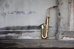 Saxofón sucio viejo Imagen de archivo