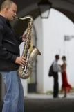 Saxofón y la ciudad imagen de archivo