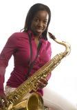 saxofon för afrikansk amerikanflickaspelrum Royaltyfri Foto