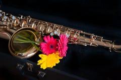 Saxofon med blomman Arkivbilder