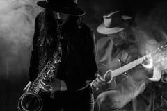 Saxofon och gitarr arkivfoton