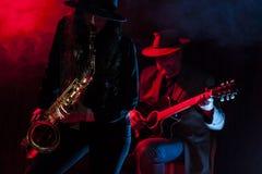 Saxofon och gitarr royaltyfri bild