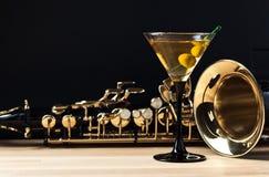 Saxofon och martini med gröna oliv Royaltyfri Fotografi