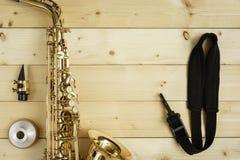 Saxofon på den Wood bakgrunden Fotografering för Bildbyråer