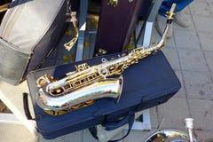 Saxofon på ett stängt fall royaltyfria bilder