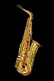 Saxofon på svart Arkivfoto