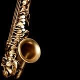 Saxofon som isoleras på svart bakgrund Royaltyfria Bilder
