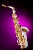 Saxofone do alto isolado na cor-de-rosa Fotos de Stock