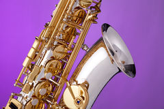 Saxofone do alto isolado na cor-de-rosa Imagens de Stock