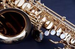 Saxofone do ouro isolado em Bk preto Fotografia de Stock