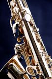 Saxofone do ouro isolado em Bk preto fotos de stock royalty free