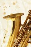 Saxofone dourado de encontro ao fundo do inverno. Fotografia de Stock