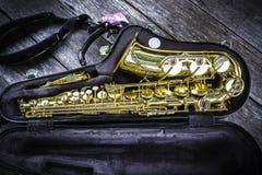 Saxofone dourado do alto na caixa imagem de stock