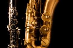 Saxofone e clarinete clássicos do conteúdo do saxofone da música no preto Fotos de Stock Royalty Free