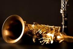 Saxofone e clarinete clássicos do conteúdo do saxofone da música no preto Fotos de Stock