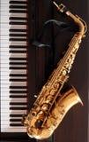 Saxofone em um piano digital Foto de Stock