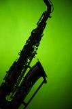 Saxofone na silhueta no verde Foto de Stock