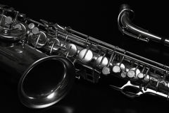 Saxofone no preto Fotografia de Stock Royalty Free