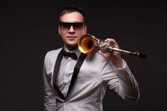 Saxofone no terno e no sunglasse Foto de Stock Royalty Free