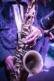 Saxofone que joga a música dos azuis imagens de stock