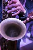Saxofone que joga a música dos azuis fotos de stock royalty free