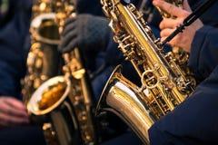 Saxofoner av en kommunal musikband Arkivbild