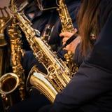 Saxofoner av en kommunal musikband Arkivbilder