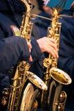 Saxofoner av en kommunal musikband Arkivfoto