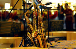 Saxofoner som lutar mot mikrofonen Arkivbilder