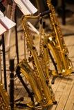 Saxofoner som står på etapp Royaltyfri Foto