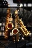 Saxofones de oro imagen de archivo