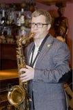 saxofonist, de cocktail van de musicuspopgroep, Alexander Mazurov Stock Afbeeldingen