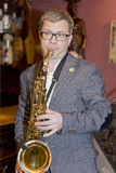 saxofonist, de cocktail van de musicuspopgroep, Alexander Mazurov Stock Afbeelding