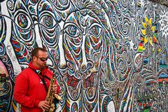 Saxofonist door de muur Stock Foto's