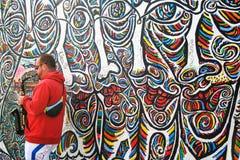 Saxofonist door de muur Stock Afbeeldingen