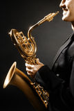Saxofonist för jazz för saxofonmanmusikinstrument Arkivbilder