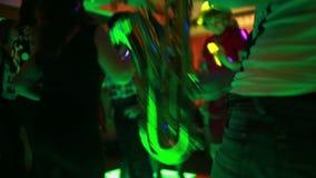 Saxofonist het spelen voor dansende mensen stock footage