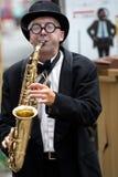 Saxofonist i gatan arkivbild