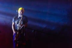 Saxofonist levend op een stadium Stock Afbeelding
