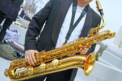Saxofonist och saxofon Arkivfoton