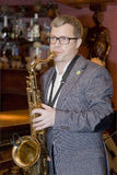 saxofonista, cóctel del grupo del estallido del músico, Alexander Mazurov Imagenes de archivo