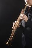 Saxofonista del jugador de saxofón con el soprano Fotografía de archivo