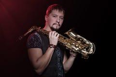 Saxofonista em um fundo preto Foto de Stock Royalty Free